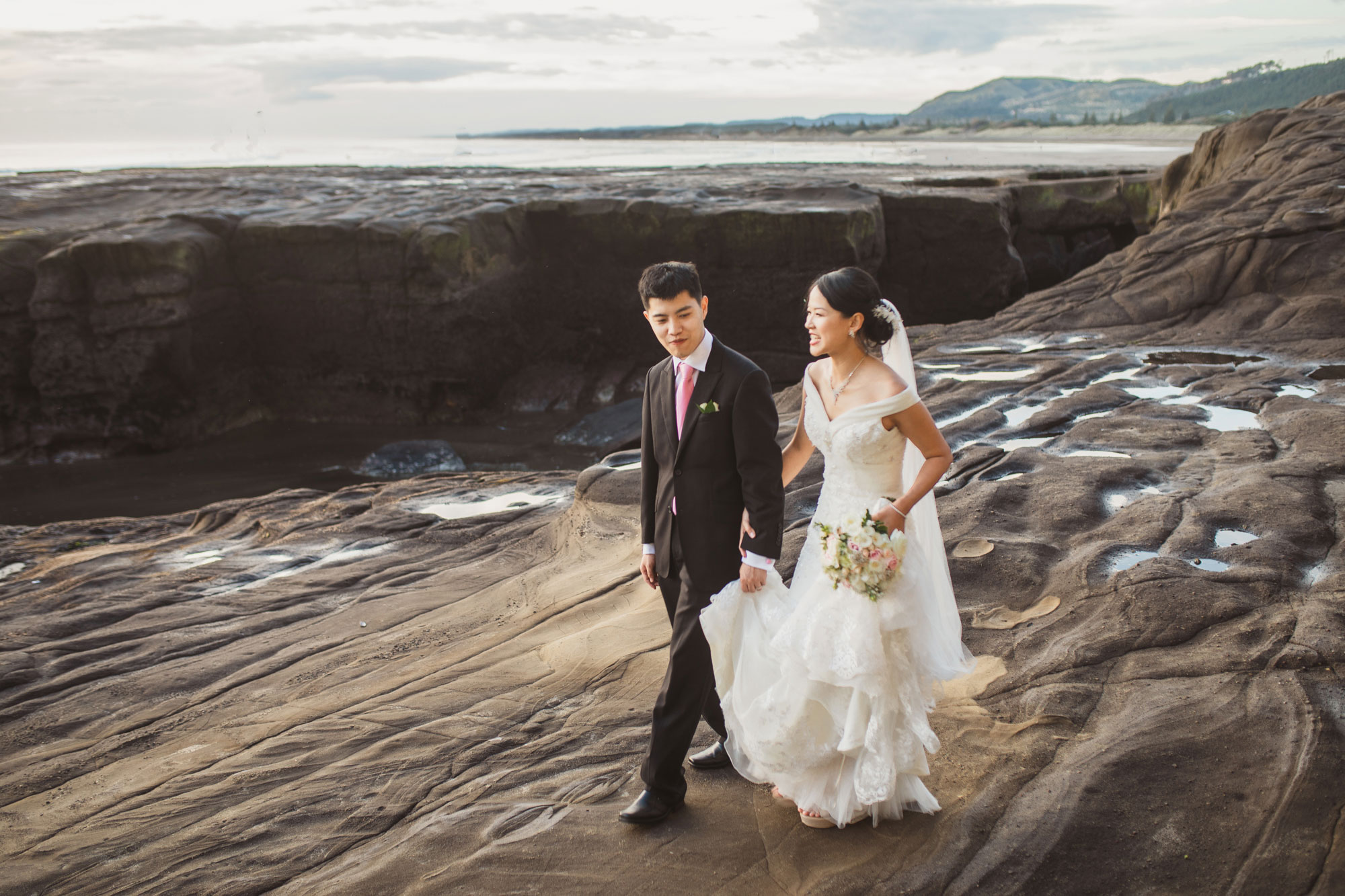 couple shoot at muriwai beach